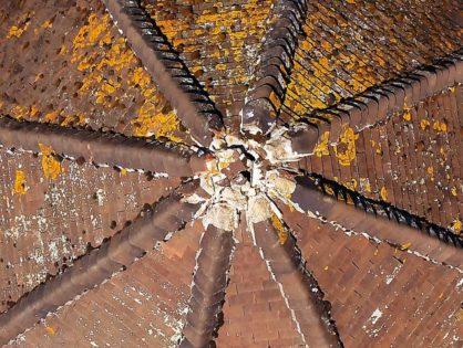 Inspection visuelle d'une toiture dégradée d'un château d'eau